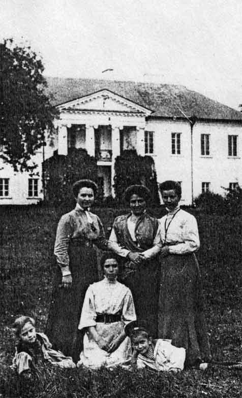 Родина Кулішів на фоні Городоцького замку